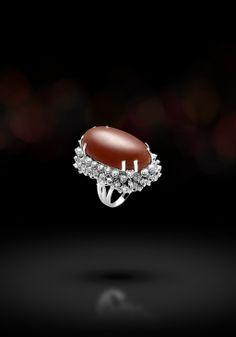 Anello in oro bianco 18 kt montato con diamanti taglio brillante e corallo rosso. (Sardegna Ring in 18kts white gold with diamonds and sardinian red coral. )   Sortija en oro blanco de 18 kt, diamantes y coral rojo sardo.