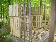 Building a Wood Shed from recycled wooden pallets, Building with pallets Pallet Shed Plans, 10x10 Shed Plans, Building A Wood Shed, Pallet Building, Wood Storage Sheds, Storage Shed Plans, Shed With Porch, Shed Construction, Firewood Shed