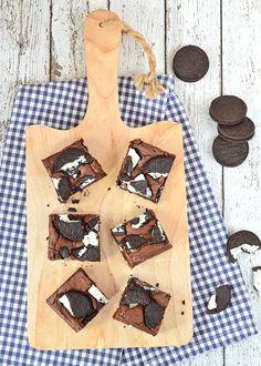 Met dit recept voor Oreo brownies uit Het Basisbakboek maak je iedereen blij. Het is gelukkig geen moeilijk recept dus het staat zo op tafel.