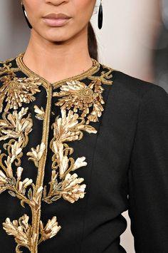 chaqueta negra con bordados en oro
