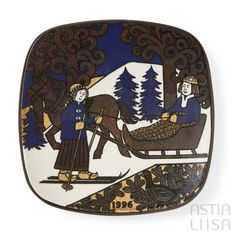 Arabia Kalevala 1996 Annual Plate, designed by Raija Uosikkinen. Find out more about Nordic vintage from Finland on our website 🔎 www.astialiisa.com⠀ 🌍 Free shipping on orders over 50 €!  #raijauosikkinen #arabia #arabiafinland #scandinavianvintage  #finnishvintage #nordicvintagehome #finnishhomes #nordichome #nordichomes #nordicdishes #nordicvintage #vintagedishes #retrodishes #uosikkinen #Finnishdesign #retrocups #coffeecup #Scandinaviandesign