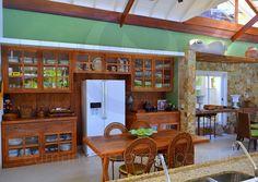Uma construção em pedra mineira e madeira oferece suporte para cuias e outros objetos de decoração.