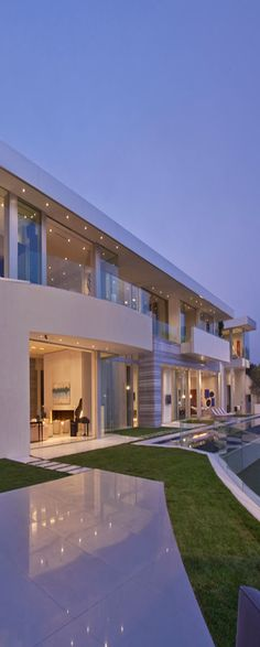 Design Modern Home has Massive Glassy looks from front side also well planed landscaping garden,Deck & pool. Luxury Estate, Luxury Homes, Beautiful Architecture, Modern Architecture, Architecture Company, Home Lighting Design, Kb Homes, Design Exterior, Facade House