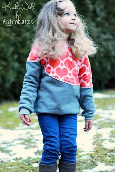 """Sweet Heart-Wintersweat von #ASTROKATZE / Nähbeispiel von """"Kischi's Welt"""" / #sweetheart #herzen #herzchen #hearts #herzchenstoff #stoffdesign #textildesign #organiccotton #rot #rosa #red #pink #diy #sewing Stoff Design, Hearts, Sweatshirts, Sweaters, Pink, Fashion, Textile Design, World, Moda"""