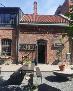 Typisch Hamburch 10 Restaurants mit Hinterhöfen zum verweilen You are in the right place about Restaurant entrance Here we offer you the most beautiful pictures about the Restaurant exterior you are l Restaurant Bar, Courtyard Restaurant, Restaurant Entrance, Restaurant Exterior, Bar Design Awards, Diy Outdoor Bar, Outdoor Decor, Restaurants, Exterior House Colors