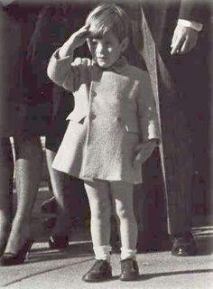 Histórica foto de john junior saludando al paso del féretro de su padre.