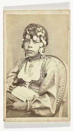Anonymous | Portret van jonge Bedouïne vrouw in traditionele kleding met ingevlochten haren en henna tatoeages op de handen, Anonymous, 1870 - 1900 |