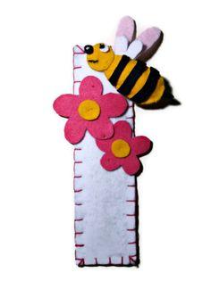 segnalibro bianco con ape e fiori rosa in di Buttonstyle su Etsy, €3.50