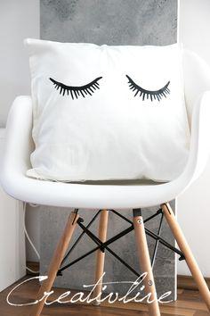 DIY Strickkissen und müde Augen im Schlafzimmer