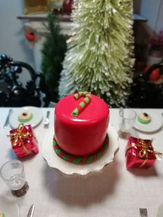 Christmas miniature cake with candy cane. Festive Christmas cake for Barbie size dolls. Christmas Barbie, Polymer Clay Christmas, Food Cakes, Mini Desserts, Miniature Food, Dollhouses, Candy Cane, Cake Recipes, Festive