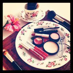Listas para el almuerzo, cosméticos, gloss, maquillaje, labiales, brochas. #glominerals #makeup