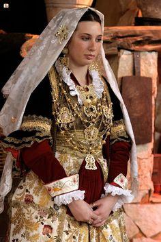 Quartu Sant'Elena, Sardegna. Abito da sposa.