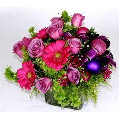 """""""Navidad al Cubo en violeta"""" Ideal para la celebracion de su reunion navideña.Cubo de vidrio con flores naturales o artificiales y adornos navideños. http://www.floreriacleo.com.mx/tiendaenlinea/index.php?id_product=604&controller=product"""