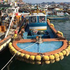 미비한 접안시설 때문에 혼란스러운 어선들끼리의 충돌피해를 줄이기 위한 임시방편. 통영