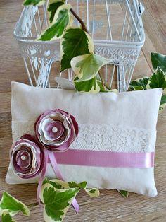 Almohada para anillos boda con flores de tela. por handANAhada
