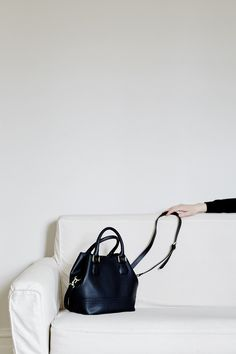 black satchel + white sofa — love the interiors + outfits from this photographer