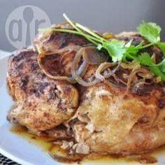 Ganzes Huhn aus dem Slow Cooker / Ein sehr einfaches Rezept für ein ganzes Huhn aus dem Slow Cooker. Der Rub sollte über Nacht einziehen. Jeder Slow Cooker ist anders und die Garzeit variiert je nach Topf, daher ist es am besten, wenn man ein Hähnchen mit Einwegthermometer nimmt.@ de.allrecipes.com