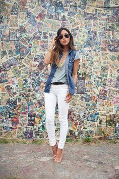 colete jeans com calça branca sandalia preta fina