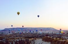 Sunset View Point at dawn in Cappadocia. Sky filled with hot air balloons. Great Places, Places To See, Turkey Weather, Turkey Resorts, Turkey Culture, Sunset Point, Visit Turkey, Before Sunrise, Cappadocia