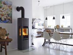 Keuken met Scandinavisch design en hoge Deense houtkachel Scan 65 met Heat Storage system