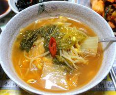제철 맞은 배추로 엄마가 끓여주던 깊은 맛 나는 우거짓국 끓이는 방법 Korean Diet, Korean Food, Thai Red Curry, Food And Drink, Menu, Cooking, Ethnic Recipes, Crafts, Kitchens