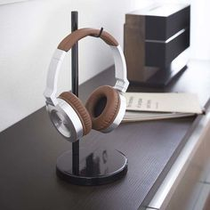 10 Super Creative DIY Headphone Stand Ideas (Some are from Recycled Materials) Diy Headphone Stand, Headphone Storage, Headphone Splitter, Headphone Holder, Cordless Headphones, Wireless Headphones Review, Skullcandy Headphones, Best In Ear Headphones, Gaming Headphones