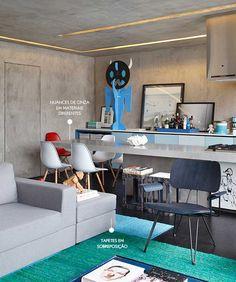 Quadros na cozinha, Toy Art, outras peças de arte (Vou descobrir o artista de cada uma delas), bancada com dupla função, tapetes dando continuidade ao degradê do móvel da cozinha... Adoro esse projeto! As paredes do apartamento são todas revestidas com tecnocimento, e a iluminação, que vai criando formas nas paredes e teto, dando uma ideia 3D, é toda em led. #AmbientesIntegrados #Modern #Industrial (AD House - StudioGuilhermeTorres)