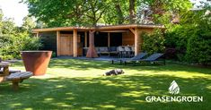 Wat een heerlijke plek om te ontspannen! Deze exclusieve tuin in de bosrijke omgeving van Rosmalen is met veel aandacht gerenoveerd door Gras en Groen Hoveniers. De douglas houten overkapping springt er uit, samen met de hoogwaardige sierbestrating; een mix van natuursteen, gebakken waaltjes en keramische tegels. Ook is er voldoende opbergruimte gemaakt, zodat het geheel er strak en netjes uit blijft zien. Seeds
