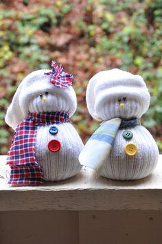 Des bonhomme de neige fait avec de vieilles chaussettes #JournéeMondialeDuRecyclage #Noel #diy #handicap