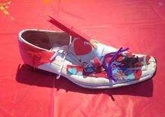 Chaussures rêvées 2014-2017 Atelier de création artistique à partir du détournement d'un objet quotidien, une chaussure inutilisée. L'atelier a été imaginé par Pablo Poblète pour sensibiliser, éveiller, transmettre le sens de la récupération, de la sublimation, de donner de la poésie et une nouvelle vie à un objet usé, jugé inutile. L'atelier est proposé aux groupes scolaires et groupes sociaux. Groupes, Birkenstock Milano, Creations, Animation, Sandals, Shoes, New Life, Shoe, Atelier