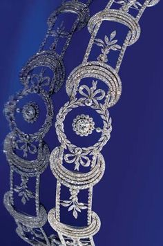 A BELLE ÉPOQUE DIAMOND COLLAR NECKLACE. Designed as a central garland suspending an old brilliant-cut diamond drop within a cluster border to a series of rose and cushion-cut diamond crescent and foliate openwork panel links, circa 1905