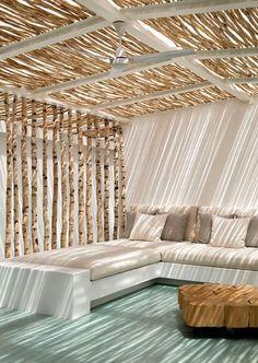 Abriter une terrasse avec des petits troncs d