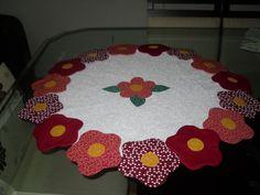 Trabalho maravilhoso! Centrinho em patchwork, tecido 100% algodão, com flores em volta (se for encomenda pode escolher a cor )manta acrílica 1a linha. Vale a pena conferir! (medida 65 cm de diametro. R$98,00