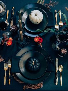 Ideas To Throw The Best Halloween Party Ever Throw a sophisticated and classy Halloween soiree with these party ideas from House Beautiful Magazine.Throw a sophisticated and classy Halloween soiree with these party ideas from House Beautiful Magazine. Halloween Tisch, Casa Halloween, Adult Halloween Party, Halloween Party Decor, Holidays Halloween, Happy Halloween, Halloween Dinner Parties, Themed Dinner Parties, Halloween Food For Adults