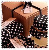 Caja de Regalo Mermelada Exfoliante + 2 Jabones  Chulísima caja de cartón con lazo para regalar. ¡Sólo tienes que escoger el olor!  -Mermelada Exfoliante en tarro de cristal de 150ml. con cucharita de madera.  -2 Jabones de 170 gr. cada uno (aproximadamente).