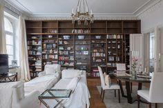 гостиная библиотека книжный шкаф темный стеллаж белая мебель