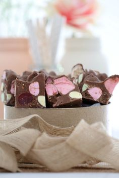 This Clinkers Rocky Road really is the only rocky road recipe you'll ever need! It's made from milk chocolate, raspberry lollies, marshmallows and Clinkers… and it will be ready in 10 minutes! Fudge Recipes, Candy Recipes, Sweet Recipes, Baking Recipes, Cadbury Recipes, Drink Recipes, Fun Desserts, Delicious Desserts, Yummy Food