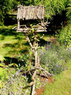 Natural looking bird feeder. www.garden-art-projects.com