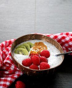 God mandag! Håper alle har hatt en herlig helg, og er klar for i ny veke 🙂 Idag har eg en deilig frukostoppskrift å dele med dokke: CHIAGRAUT! Det passer sjølvsagt til lunsj, mellommåltid eller kveldsmat også – men er gjerne en typisk frukost ein rører sammen kvelden før, så er den klar i kjøleskapet … Cottage Cheese, Kefir, Scones, Serving Bowls, Smoothie, Watermelon, Protein, Strawberry, Tableware
