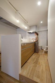 キッチン(無垢フローリングって足ざわりが気持ち良い。モルタル仕上げのヴィンテージマンション リノベーション)- キッチン事例|SUVACO(スバコ)