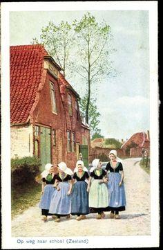 Postcard Zeeland,♥ Op weg naar school, Mädchen in Trachten