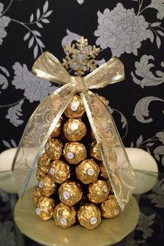 Cheap Christmas Decorations: 20 Easy Ideas To Delight You . Cheap Christmas Trees, Christmas Candy, Diy Christmas Gifts, Christmas Treats, Chocolates Ferrero Rocher, Ferrero Rocher Tree, Ferrero Rocher Bouquet, Bolo Original, Candy Bouquet