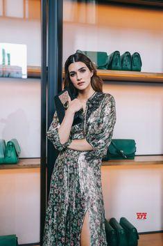 Beautiful Kriti Sanon poses at the New York Fashion Week. Indian Bollywood Actress, Bollywood Girls, Indian Actresses, Girls In Love, Fashion Show, Fashion Trends, India Beauty, New York Fashion, Stylish Outfits