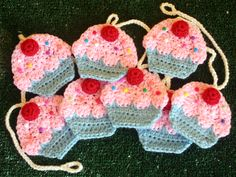 Cupcake crochet garland free pattern and instructions. Twinkie Chan makes such adorable crochet food creations. Crochet Cupcake, Crochet Food, Love Crochet, Crochet Gifts, Crochet Motif, Crochet Baby, Knit Crochet, Crochet Patterns, Crochet Bunting Free Pattern