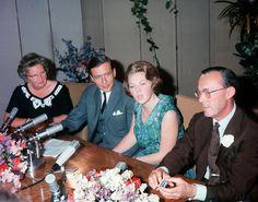 De bekendmaking van de verloving van kroonprinses Beatrix met Claus von Amsberg.- the anouncement of the engagement of crownprincess Beatrix with Claus von Amsberg