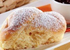 """O melhor jeito de começar seu dia é com o <a href=""""http://mdemulher.abril.com.br/culinaria/receitas/receita-de-paozinho-mandioquinha-leite-condensado-631690.shtml"""" target=""""_blank"""">pãozinho de mandioquinha e leite condensado</a>, uma doce delícia!"""