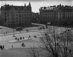Sota-aikana kaupunkikuvaa leimasi vähäinen liikenne ja monet kävelijät: Tampereen Keskustori saattoi olla näin rauhallinen. Kuvan on ottanut Simo Ruuskanen. Tampere 1940's