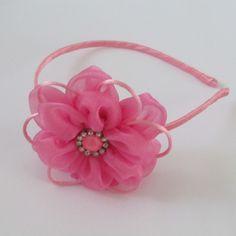Arco de metal revestido de cetim, flor de organza com botão de pérola e straz:  Disponível nas cores:  -Azul turquesa  -Amarela  -Azul marinho  -Preta  -Pink  -Vermelha  -Rosa