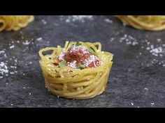 Warm, cheesy and delicious handheld spaghetti. A fun twist of classic spaghetti and meatball recipe. Great for parties! Bite Size Appetizers, Bite Size Desserts, Yummy Appetizers, Appetizer Recipes, Pasta Recipes, Beef Recipes, Cooking Recipes, Pasta Cup, Baked Spaghetti And Meatballs