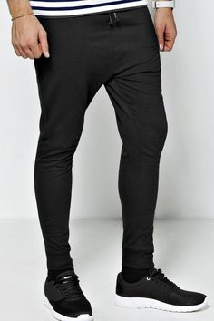 If you're looking for mens college fashion and outfit ideas, this college guy clothing is what your wardrobe needs. These cool clothes and brands for men are popular if you have no idea what to wear in college. Mens Joggers Sweatpants, Skinny Joggers, Fitted Joggers, Mens Casual Dress Outfits, Basic Outfits, Cool Outfits, Mens College Fashion, Stylish Men, Men Casual